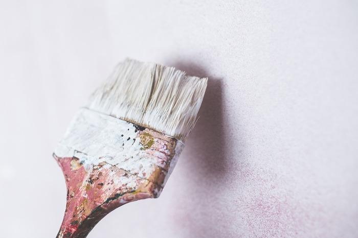 長い間使い込まれた学習机なので、小さなキズがあったり、色合いも少し古くさくなったりとそのまま使うには少し抵抗があるかもしれません。そこで、学習机を思い切って好きな色のペンキに塗ってみるのはどうでしょうか?ペンキのノリがよくなるように、塗る前にサンドペーパーで表面を削っておくときれいな仕上がりになります。