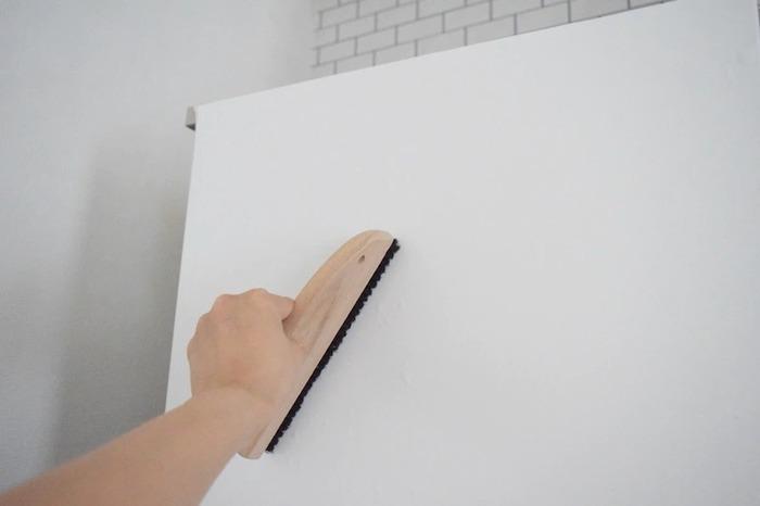 粘着性のあるシートになっていて、少しずつ剥離紙をはがしていきながら貼るのがポイント。 途中空気が入ってしまうので、このように刷毛やヘラを使って密着させながら貼っていきます。 また刷毛が用意できなくても、乾いたタオルや折り曲げたダンボール紙で代用することもできます。 もし空気が入ってしまっても針などで穴を開けると大丈夫。