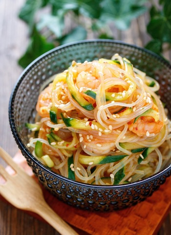 タイ風春雨サラダのレシピです。タイ風のナンプラーや豆板醤などの面倒な味付けも、焼肉のタレを使えばそれひとつでオッケー。おもてなしにも使える一品です。