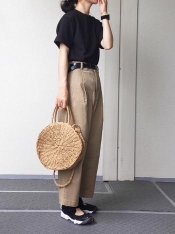 Tシャツ×スニーカーのスポーティーなスタイルも、ラウンド型の可愛いカゴバッグを合わせることで女性らしい印象に。ショルダーにもハンドバッグにもなる2WAY仕様なら、デイリーから旅行まで幅広いシーンに活躍してくれそうですね。