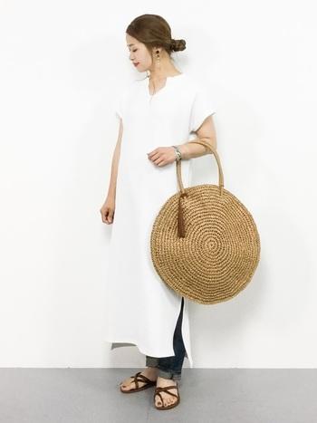 こちらはペーパー素材のかごバッグ×白いワンピースの爽やかな組み合わせです。シンプルな洋服と合わせることで、バッグの編み目の美しさがより引き立ちます。アクセントのフリンジは取り外し可能なので、シーンやコーディネートに合わせてお好みのスタイルにチェンジできますよ◎。