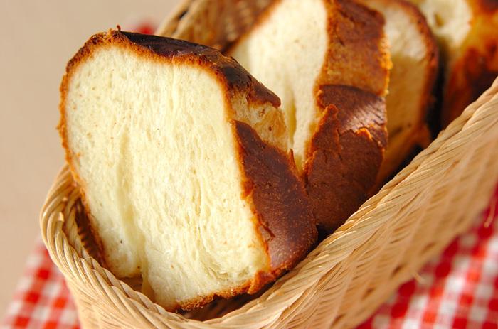 こちらはパン生地に冷凍パイシートを織り込んで作る、デニッシュ風食パンの作り方です。食パンスタイルなので、たっぷり食べられるでしょう。焼き上がったパンを切ってから、アレンジを楽しむ方法も◎