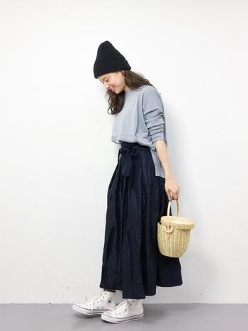 ナチュラルなかごバッグは、「ネイビー」を基調とした爽やかなスタイリングとの相性も抜群です。コロンとした丸いデザインのサークルかごバッグは、ニット×スカートのフェミニンコーデにもぴったりはまります。スニーカーとニット帽でカジュアルダウンした着こなしがおしゃれですね。