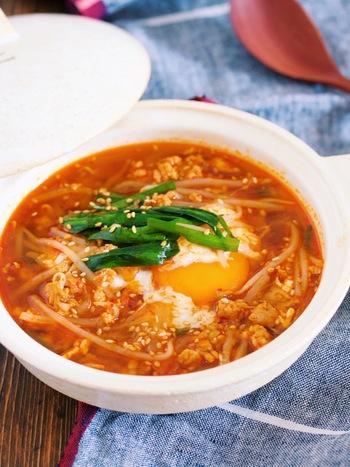 ひき肉ともやしを使ったおかずスープのレシピ。材料も少ないのでさっと作れますよ。焼肉のタレを使ってピリ辛のチゲ風に。