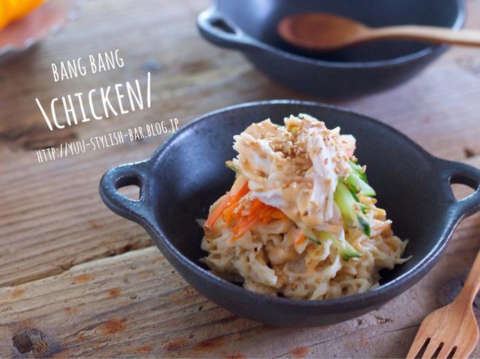 焼肉のタレとマヨネーズ、ラー油でバンバンジーのタレを作るレシピです。材料が胸肉の蒸し鶏と切り干し大根、にんじん、きゅうりなのでダイエットにもおすすめ。今日の献立にあともう一品、なんてときにぴったりです。