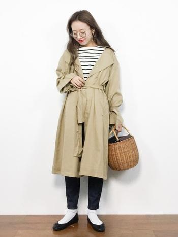 独特の編み目が美しい円柱型のかごバッグは、ボーダー×トレンチのベーシックスタイルのアクセントにも◎。定番のコーディネートにトレンド感と季節感をプラスして、おしゃれな雰囲気に仕上げてくれますよ。