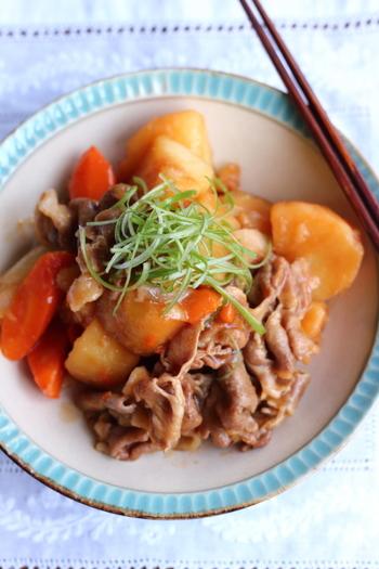 圧力鍋でさっと作ることができる肉じゃがのレシピ。焼肉のタレを使うことによって、仕事で疲れて帰ってきた方などにぴったりの濃いめの味付けになっています。焼肉のタレでしっかりとジャガイモや人参にも味がついているので、野菜嫌いな人にもおすすめです。