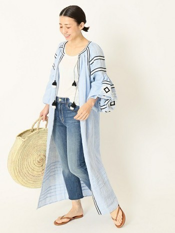 フォークロア調の刺繍が可愛いエンブロイダリードレスと、ビッグサイズのかごバッグの組合せが春夏らしいスタイリングです。リラックス感のある大人っぽい着こなしと、白×ブルーの爽やかな配色もおしゃれな雰囲気です。