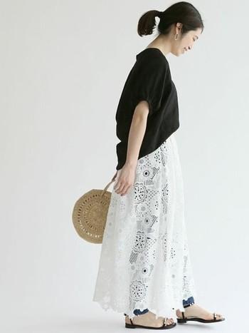 ふんわりとしたコクーンシルエットのブラウスと、軽やかなレース素材のスカートを組合せた春夏らしいスタイリングです。華奢なデザインのサンダルとサークルかごバッグが、シンプルな着こなしに大人っぽい抜け感をプラスしてくれます。