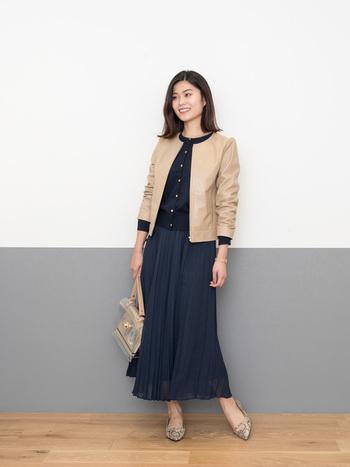 秋冬のオフィスカジュアルは、ジャストサイズのネイビーカーディガンをジャケットのインナーとしてアレンジするのもおすすめ。ベージュのジャケットや小物使いで、女性らしい柔らかさを作っています。