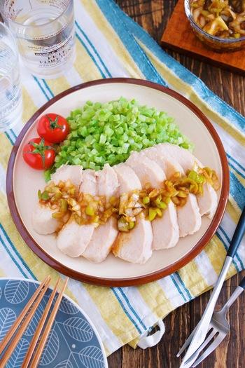 より低糖質なメニューを目指すなら、ライスブロッコリーを使ってみましょう!高たんぱく低カロリーの鶏むね肉と組み合わせれば、満足度大の一皿に。レンジだけで調理できるのも嬉しいポイントです♪