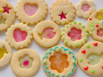 色とりどりのガラスをはめ込んだような、可愛いステンドグラスクッキー。ガラスのように見える部分は型を抜き、砕いたキャンディーを置いて焼いています。お子さんと作るのも楽しそうですね♪