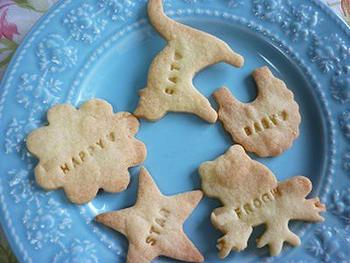 覚えておきたい、基本の型抜きクッキーの生地レシピです。1時間以上しっかりと寝かせるのが、型抜きしやすくなるコツ!冷凍保存も可能で、棒状にしておけば切ってアイスボックスクッキーにもなります。