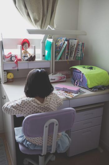学習机をイメージする時に一番思い浮かぶのが、机の上の本棚ではないでしょうか? 本棚は可愛らしく活用することも、取り外してシンプルな仕上がりにすることもできます。 シンプルに仕上げる場合、ほとんどの学習机はその本棚の部分は取り外すことができるので、電動ドライバーを使って試してみましょう。