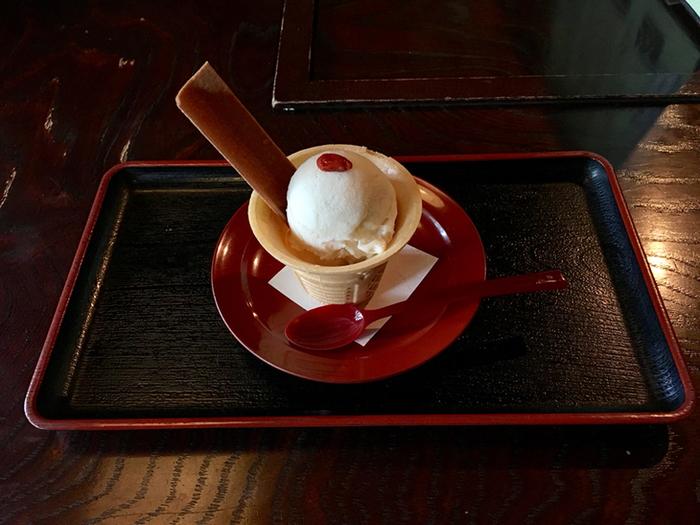 甘いスイーツメニューも充実しています。写真は、手作りとうふアイスです。さっぱりしていて、豆腐の甘みや風味が優しく広がります。甘さ控えめで、食べやすく美味しいですよ。