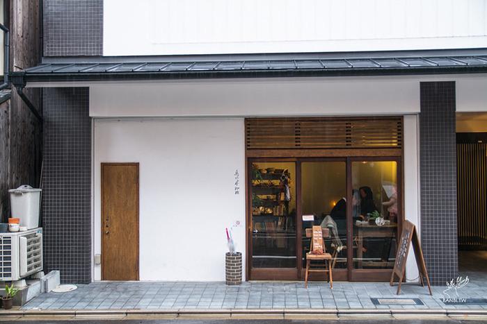 「鳥の木珈琲」は、神宮丸太町駅から東にすぐのところにあります。小さなお店ですが、中はほっと落ち着ける空間で、カウンターとテーブル席があります。店内には、珈琲のいい香りが広がります。