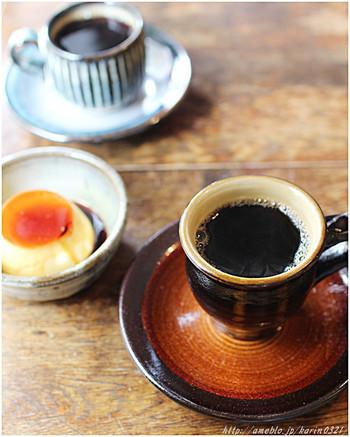 自家焙煎の珈琲は、注文を受けてからゆっくり丁寧に淹れてくれます。珈琲を淹れるコポコポという音が心地良く、味のある素敵なカップでいただけます。プリンも一緒にどうぞ♪