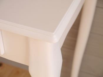 塗膜が厚いウレタン塗装やUV塗装、ラッカー塗装の学習机の場合は一旦その塗装をすべて剥がす必要があります。 よって、ワックスやステインで仕上げるのは難しいかもしれないのでご注意くださいね。