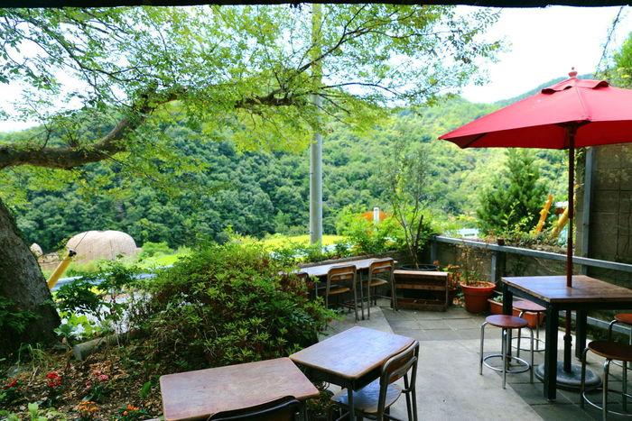 中山千枚田の近くにある「こまめ食堂」。テラスからは棚田や「オリーブの夢」を見下ろすことができます。小学校にあったような机といすもキュート!