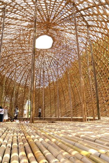 竹でできた作品の内部には入ることもできます。竹の床に座りながら、通り過ぎていく風を心地よく感じられますよ。