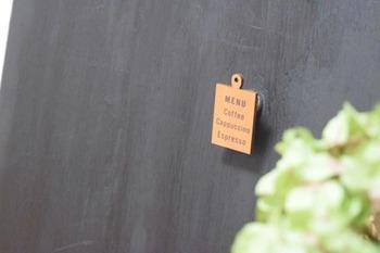 本棚の背面に合わせて切った板に「マグネットペイント」を塗って、貼り付けます。可愛いマグネットを使うと、おしゃれさがアップしますね。