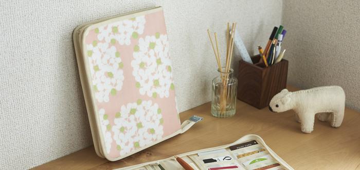 模様作家の岡理恵子さんのテキスタイルによって作られた、母子手帳ケースにもなるマルチケース。優しい色合いと心和む模様が描かれ、バッグの中も明るくしてくれます。