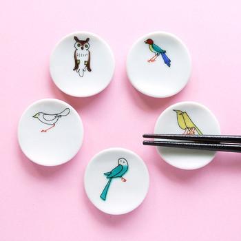 箸を置くことで完成する、アイデアから素敵な箸置き。箸をおくと、まるで小鳥がお箸に止まって羽を休ませているように見えます。 箸置きとしてだけでなく、指輪やピアスなど小さなアクセサリーの定位置としても使えます。
