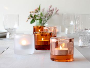 【キャンドルホルダー】 平安時代の貴族のように、色を重ねて「梅重」を楽しんでみましょう。フィンランドが誇る2大ブランド「イッタラ」と「マリメッコ」がコラボしたキャンドルホルダー「キビ」。フィンランド語で宝石のことで、その名の通り火を灯さず並べておくだけでも素敵です。カラーバリエーションが豊富で、毎年のように新色や限定色が発売されます。ペールピンクやクランベリー、アメジストなどと組み合わせて自分だけの梅重を作ってみるのも楽しそう。