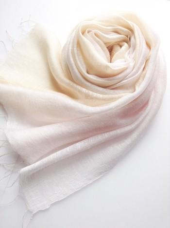 【ストール】 春の色を取り入れるなら、ストールがおすすめ。薄桜色と淡黄色の春らしい優しい印象の大判ストール。シルクが入っているので艶と張りがあり、ふんわりと柔らかで肌触りも抜群。普段使いからフォーマルまで活躍してくれます。