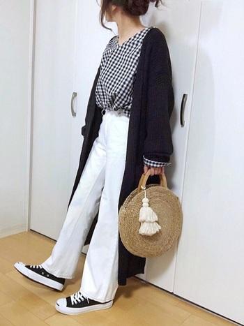白×黒のモノトーンの配色と、爽やかなかごバッグの組合せが大人可愛い雰囲気です。ギンガムチェックのシャツ×カーディガンのゆったりシルエットも、女性らしくて素敵ですね。ZARAのかごバッグをアクセントにしたおしゃれなリラックススタイルは、これからの季節にぜひおすすめです。