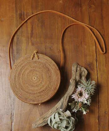 上品なハンドバッグやショルダータイプのかごバッグ、立体的な編み目が美しい円柱型のバスケットなど。 今回は様々な「サークルかごバッグ」を取り入れた、トレンド感あふれるおしゃれな春コーデをご紹介します♪