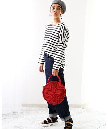 「定番スタイルを新鮮な印象に変えたい」という方は、赤やイエローなど、春夏らしい明るい色のバッグを取り入れてみませんか?いつものコーディネートをよりおしゃれに、華やかな雰囲気に仕上げてくれますよ◎。