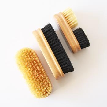 木目が美しいブナ材の持ち手に細やかに豚毛が植毛された、「G.B.KENT(ジービーケント)」のシューズケアブラシ。油分が豊富で弾力性がある毛質のため、クリームやワックスを靴全体に行き渡らせながら、余分なワックスを払うこともできます。