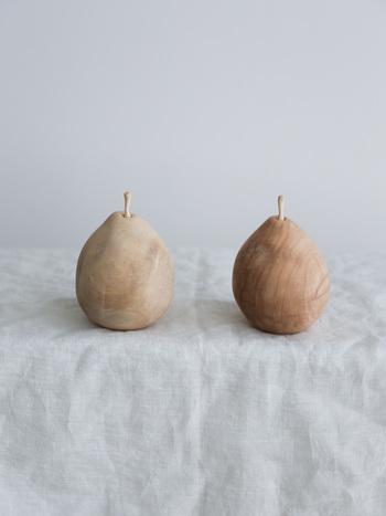 こちらは、まるで本物の梨のように精巧なフォルムが目を惹く木製のアロマオブジェクトポッド。ヘタの部分が抜けるようになっていて、その窪みに精油を垂らして使います。職人さんが一点一点手がけているのでどれも少しずつ個性が違い、オイルが染み込むほどに経年変化が見られるのもユニークです。