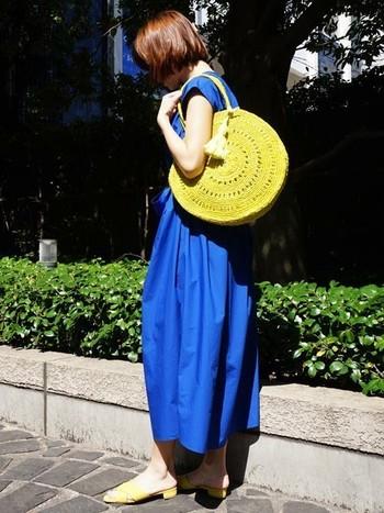 春夏らしいビビッドカラーのかごバッグは、鮮やかな色のサマーワンピースとの相性も抜群です。シンプルな着こなしに1点取り入れるだけで、季節感あふれる旬のスタイリングが完成します。