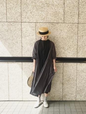 様々なスタイリングに活躍するサークルかごバッグは、シンプルなモノトーンコーデとの相性も抜群です。おしゃれな帽子とバッグをアクセントにしたこちらのスタイリングは、リネン素材のワンピースを重ねたナチュラルな着こなしが素敵ですね。