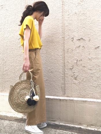 存在感のあるビッグサイズのかごバッグは、ナチュラルなパンツスタイルとの相性も抜群です。こちらのようにポンポンやタッセルがあしらわれた可愛いデザインなら、シンプルな着こなしのアクセントとして活躍してくれますよ◎。
