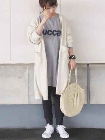 スウェット×レギンスのリラックスコーデに、上品なベージュのかごバッグで女性らしさをプラス。どんな着こなしにもマッチするサークルかごバッグは、スポーティーな春コーデにもぜひおすすめです。