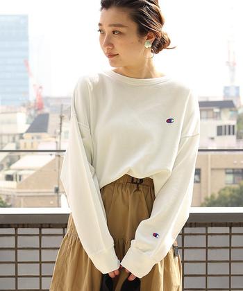 ネック周りのカットや、ショルダーの位置を落としたパターンなど、今年らしくて女性らしさもあるスウェットは、WEB限定商品。  フレアースカートや、柔らかい素材のスカートと合わせて、ミックスコーデを楽しみたくなりそう。