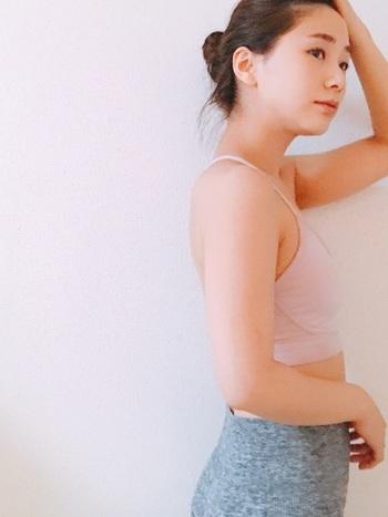 ホットヨガとは、温度38~40℃、湿度55~65%ほどに保たれた室内の中で行うヨガのこと。ゆっくりとポーズを取っていくことでしっかりと汗をかくことができ、運動が苦手な人でも無理なく動くことができます。