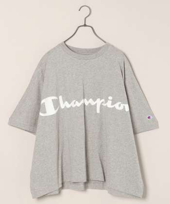 ロゴが目を引くこちらのTシャツは、実はメンズ仕様。それでも、スキニーデニムや、タイトスカートに合わせて、ビッグシルエットを楽しむのも良いですね。