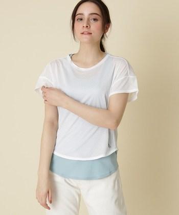 二の腕が気になるときには、Tシャツタイプのウェアを。メッシュ素材なので吸汗速乾性に優れ、着心地も柔らか。ウエスト部分がしっかりとフィットしてくれるので、ヨガのポーズを取っても裾が捲れづらい仕様に。