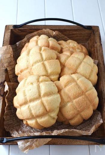こちらも上記のクリームパンのパン生地を生かしたレシピ。メロンパンも6個まとめてお手軽に作れちゃいます。素敵なカゴに並べて、パン屋さん気分を楽しんでみてください♪