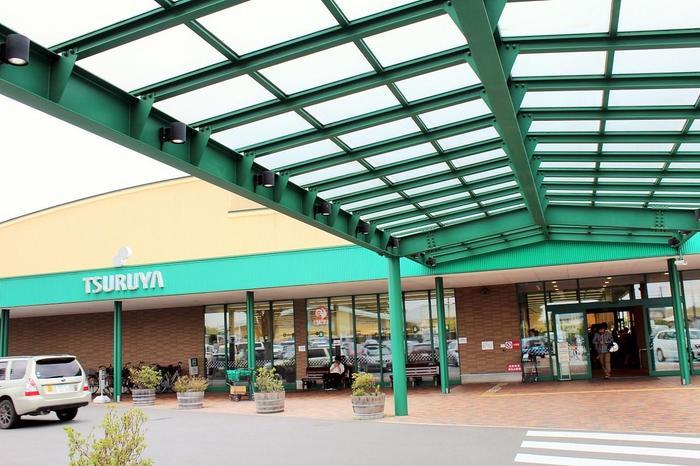 前身の商店は1950年、小諸市で創業。とくに軽井沢店は、地元だけでなく別荘や移住した人びとにも厚い支持を得ているスーパー。プライベートブランドでは、ジャムをはじめ、多岐にわたる商品の充実でも知られます。
