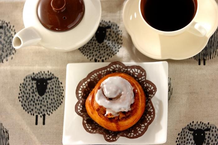 アイシングがとろりとかかったシナモンロールも、おうちで手作りしてみましょう。こちらは生地から手ごねする本格レシピです。アイシングは、ボテっと落ちる固さにするのがポイント。コーヒーや紅茶などお好みのお茶を準備して、素敵なティータイムを過ごしましょう♪