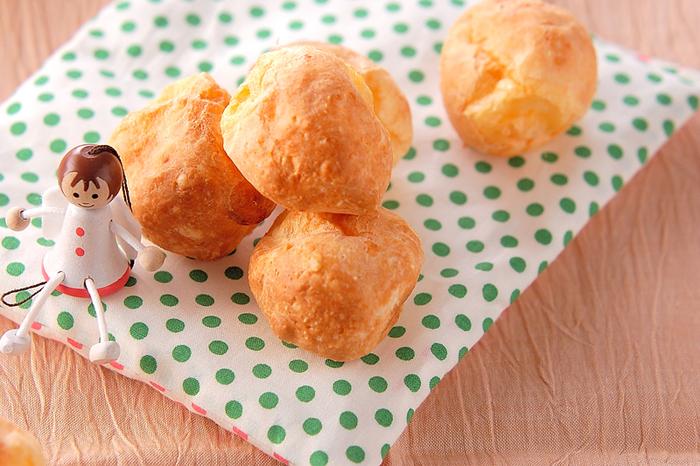 ブラジル生まれのポンデケージョは、発酵なしで作るパンです。タピオカ粉やチーズを入れるところが特徴。可愛らしいコロコロサイズは食べやすく、甘くないおやつやおつまみにも最適ですよ♪