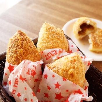 揚げ物が苦手な方は、こちらの焼きカレーパンのレシピを参考に♪フライパンで乾煎りしたパン粉をまぶして、オーブンで焼くカレーパンです。焼きたてのカリカリをいただきましょう。