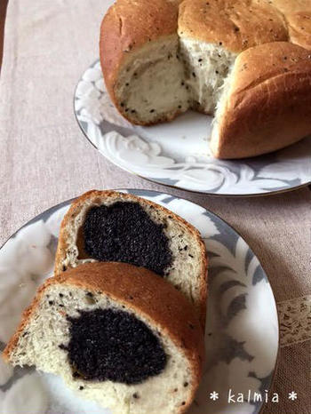 あんパンは、中のあんこをアレンジするのも楽しみのひとつ。こちらは手作りの黒ごまあんを使った、ちぎりパンスタイルのレシピです。さらに炊飯器で作っています!オーブンがないときにはぜひ活用してみてくださいね。