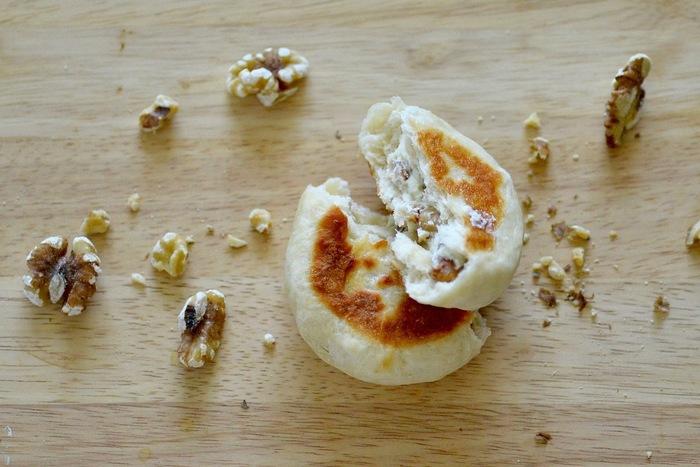 フライパンなら使い慣れているけど、という方にはこちらのレシピがおすすめ。クルミとクリームチーズが中に入ったパンです。発酵の手間もなく、フライパンで焼けば完成です!