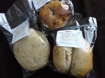 画像右:発芽麦を用いた『保育パン』。保育園に卸していたコッペパンだそう。同左:『ぴざくらふと』は、ピザトーストの下地におすすめ、同上:『くるみいちじく』は、オーガニックのくるみとフィグ(いちじく)をフィリングしたベーグル。